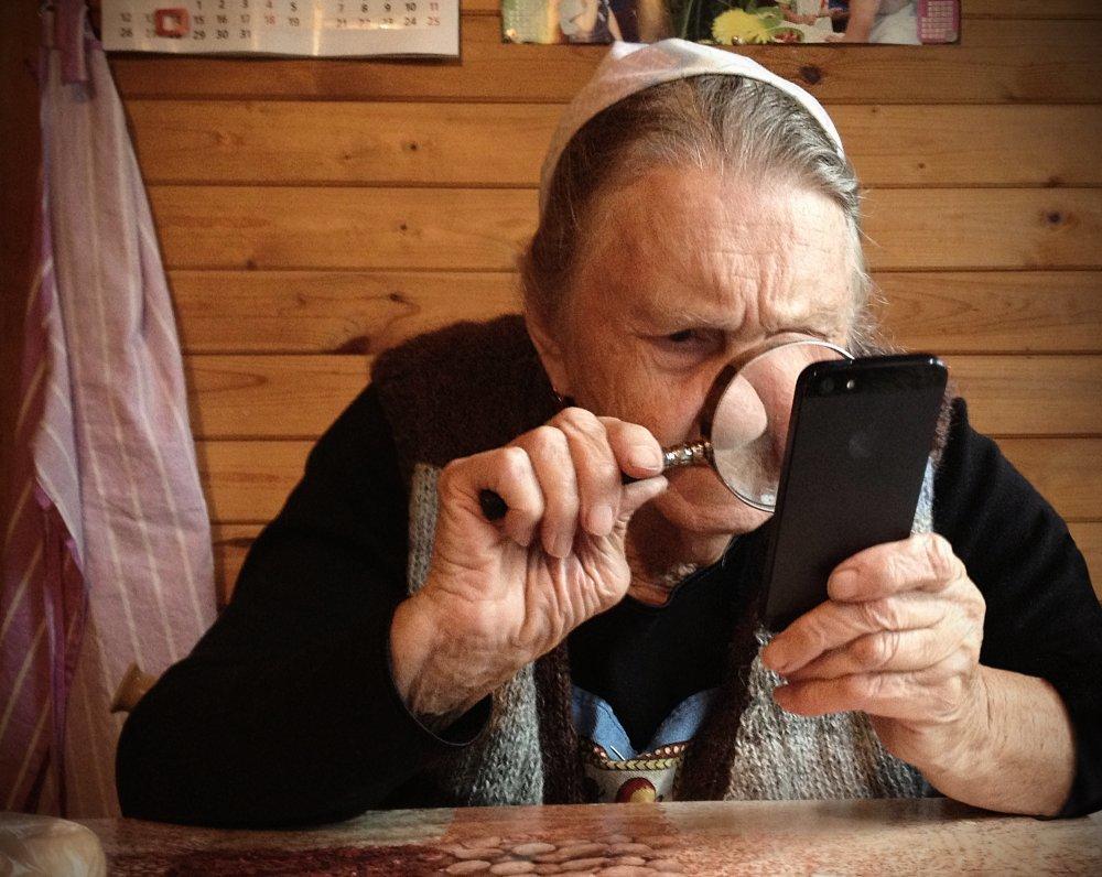 Мошенник поставил на бабушку