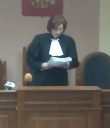 Судья разрешила Арапову оставаться дома