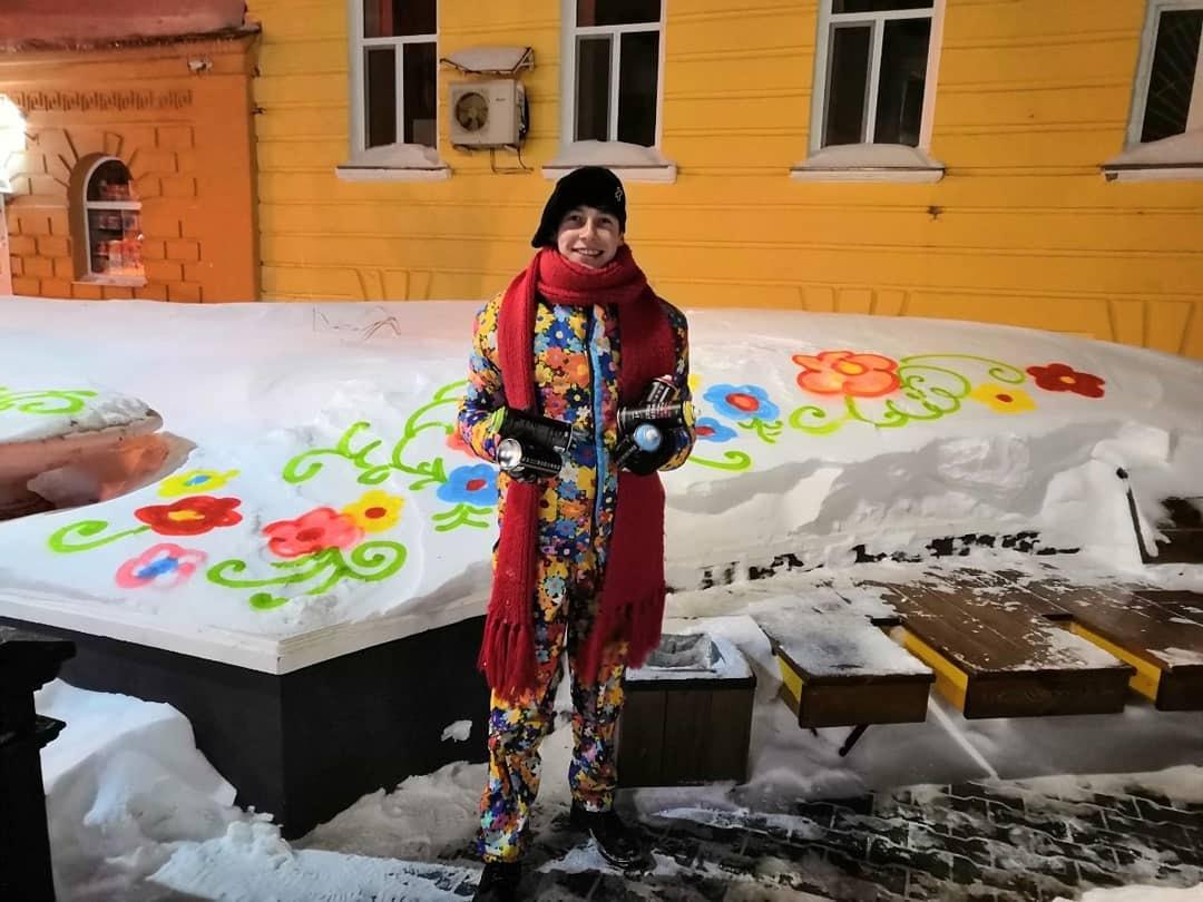 Алекс Долль нарисовал цветы в центре Оренбурга