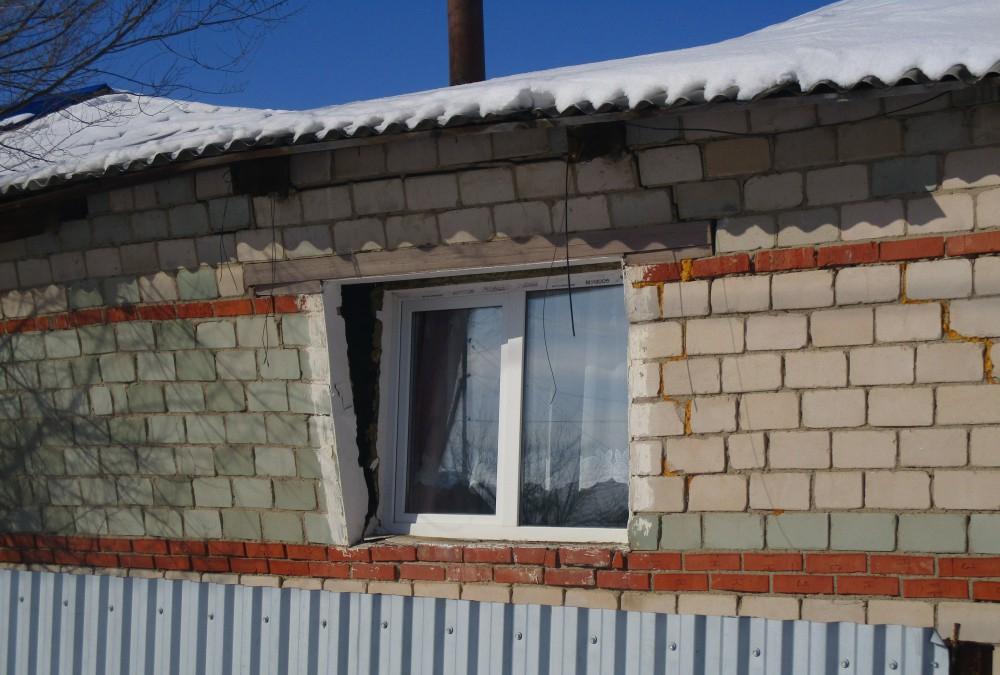В поселке Свердловка у медпункта «двинулись» крыша и стена