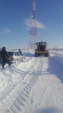 4 автомобиля попали в «снежный плен» под Переволоцком