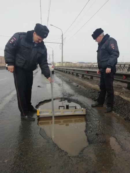 Автоинспекторы измерили ширину и глубину ям на оренбургских дорогах