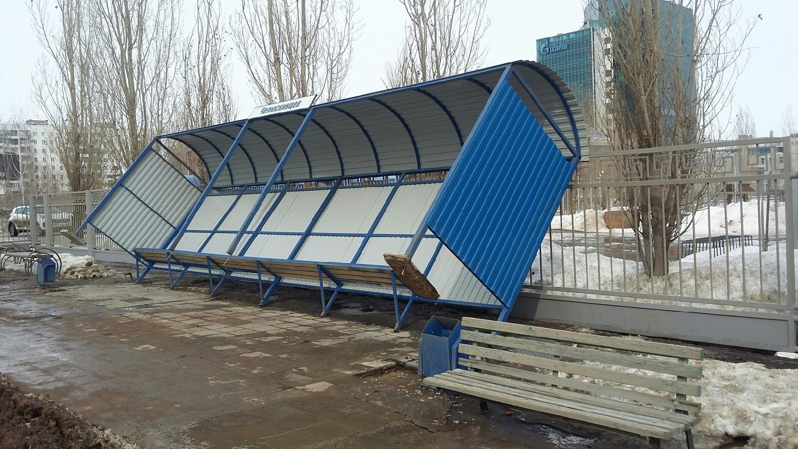 В Оренбурге от ветра упал остановочный павильон