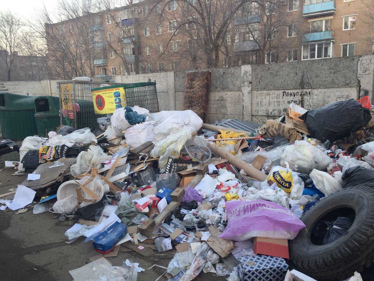 Оренбуржцы жалуются на груды мусора на контейнерных площадках