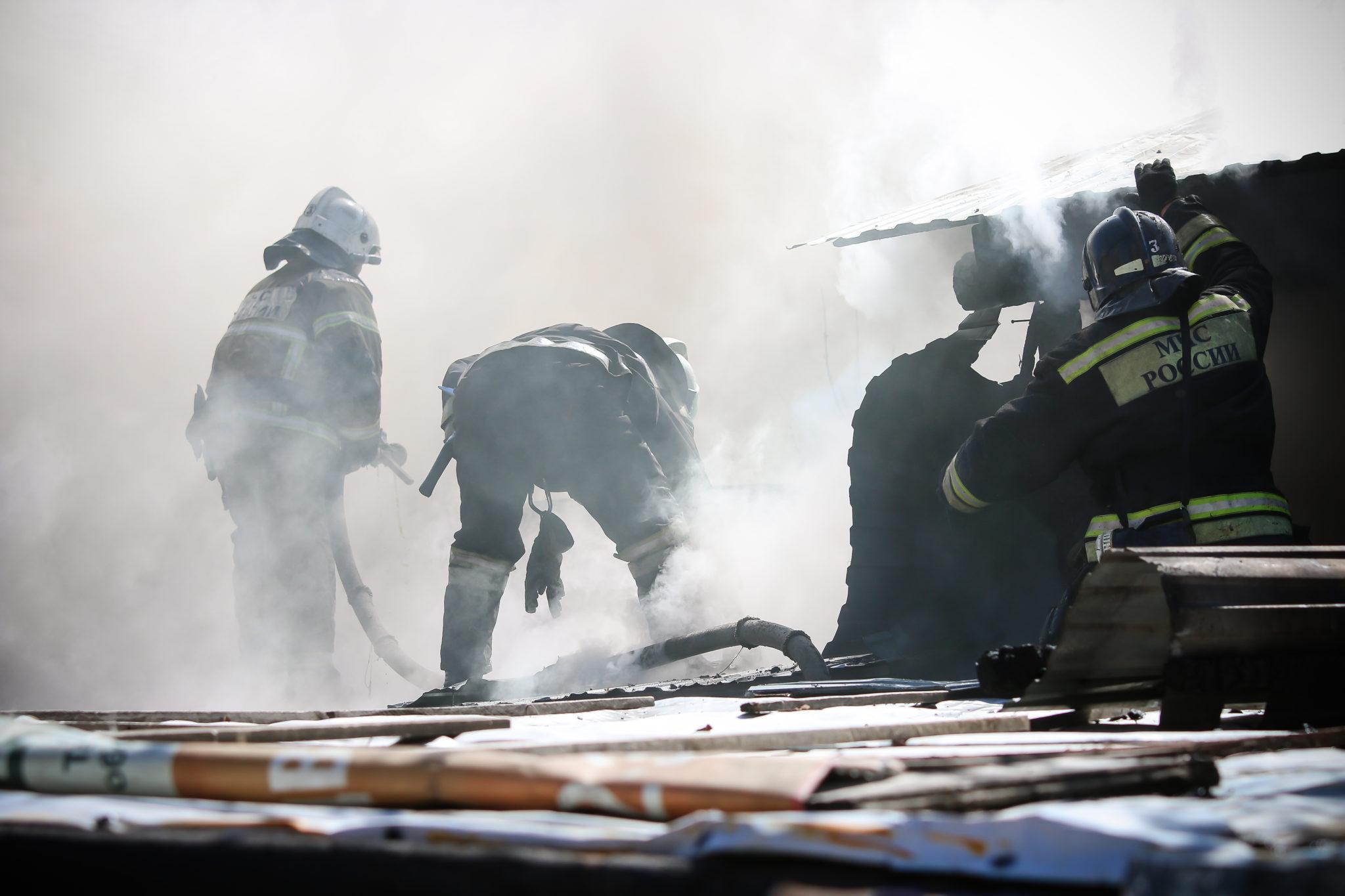 Чтобы потушить пожар в центре Оренбурга, работают 8 расчетов МЧС
