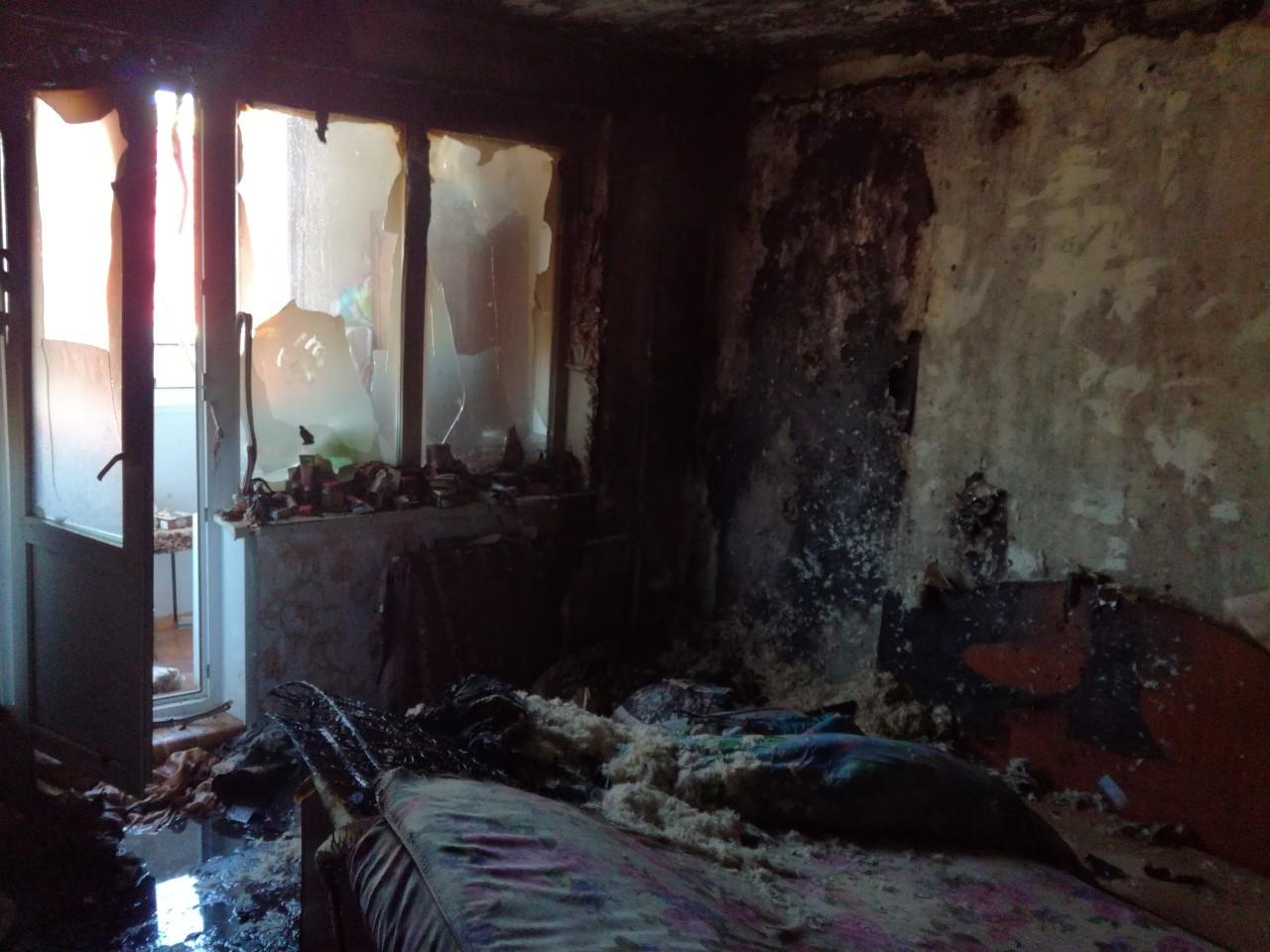 В Орске спасатели вынесли из пожара троих человек