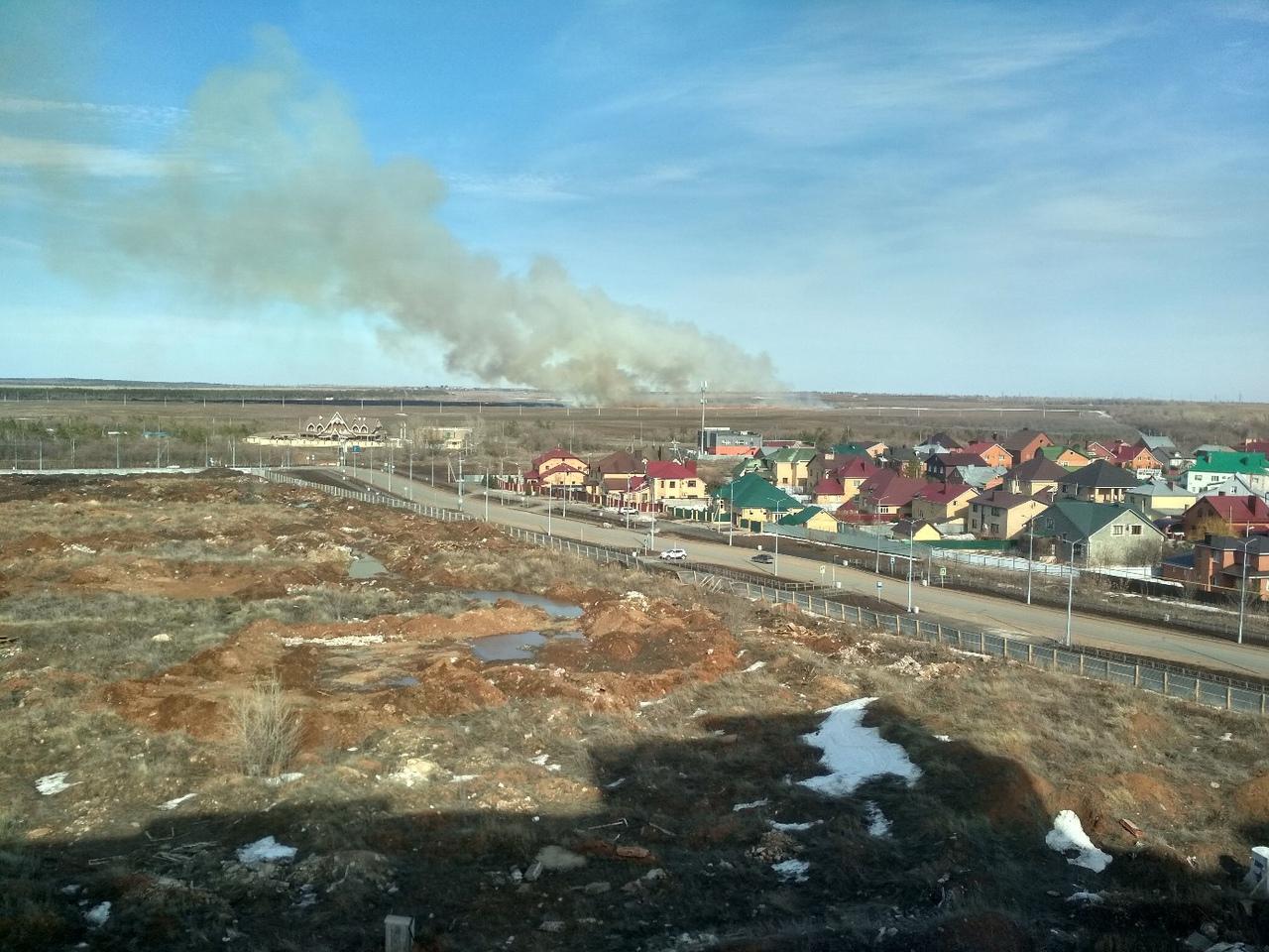 В Оренбурге за 19 микрорайоном горит сухая трава