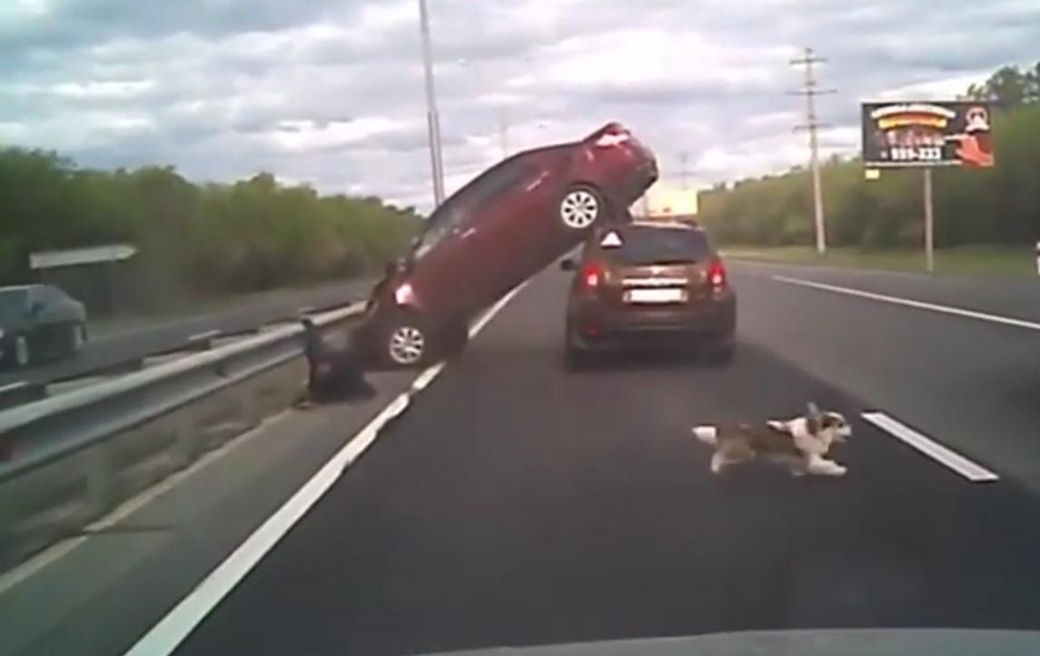 Под Оренбургом иномарка «залетела» на крышу другого авто