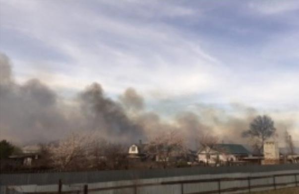 Серьезный пожар на окраине Орска: к тушению привлечен поезд