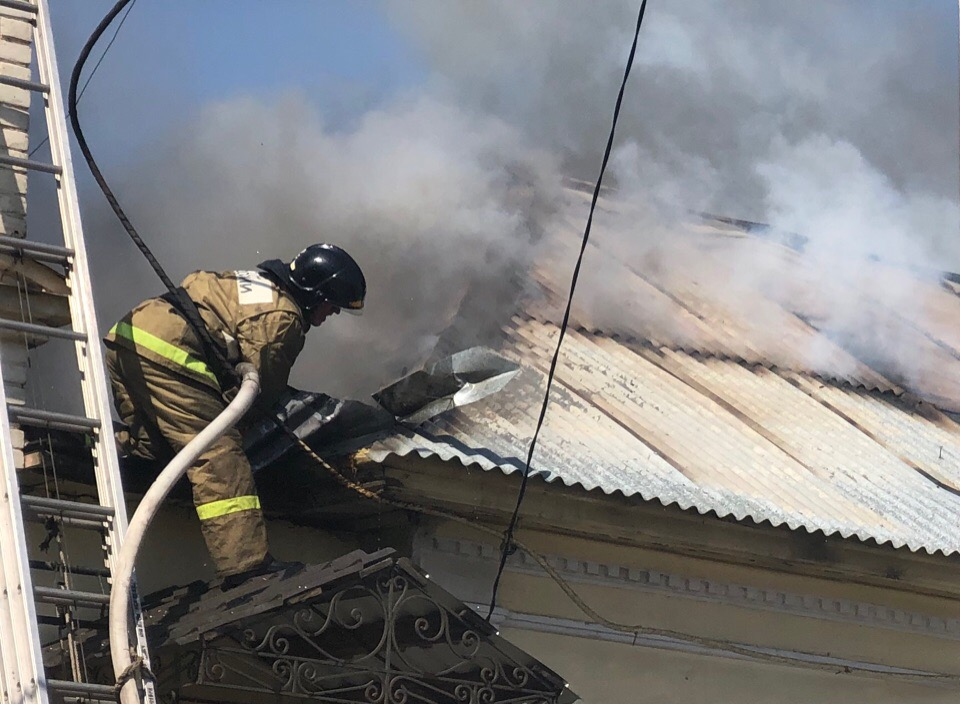 В центре Оренбурга горит жилой дом