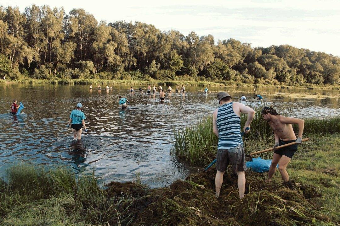 Операция «Урал» продолжается! Жители Оренбурга расчищают реку от водорослей