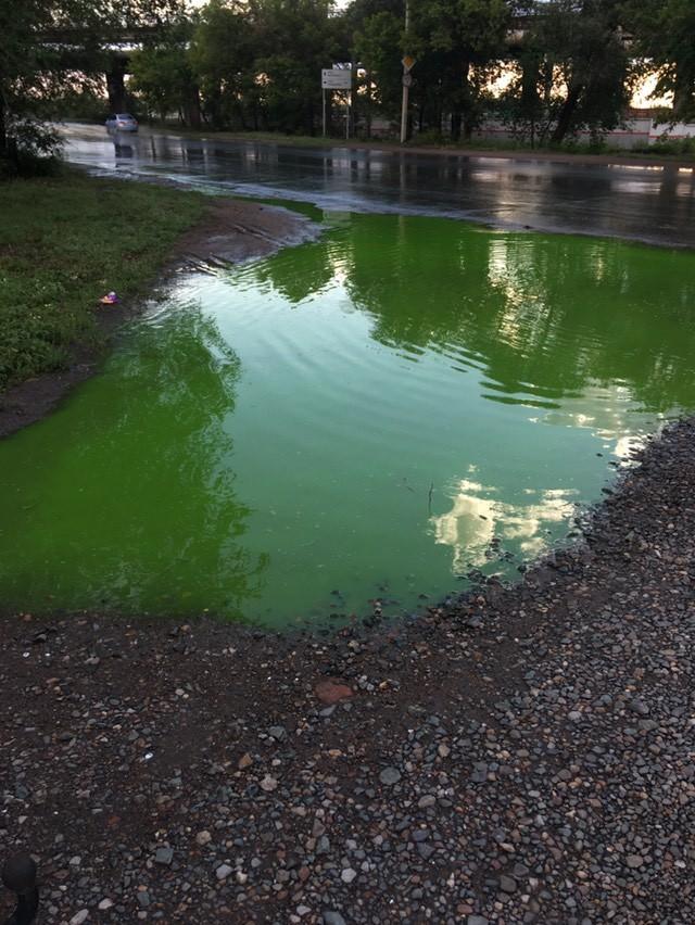 В Оренбурге дождевые лужи стали неоново-зеленого цвета