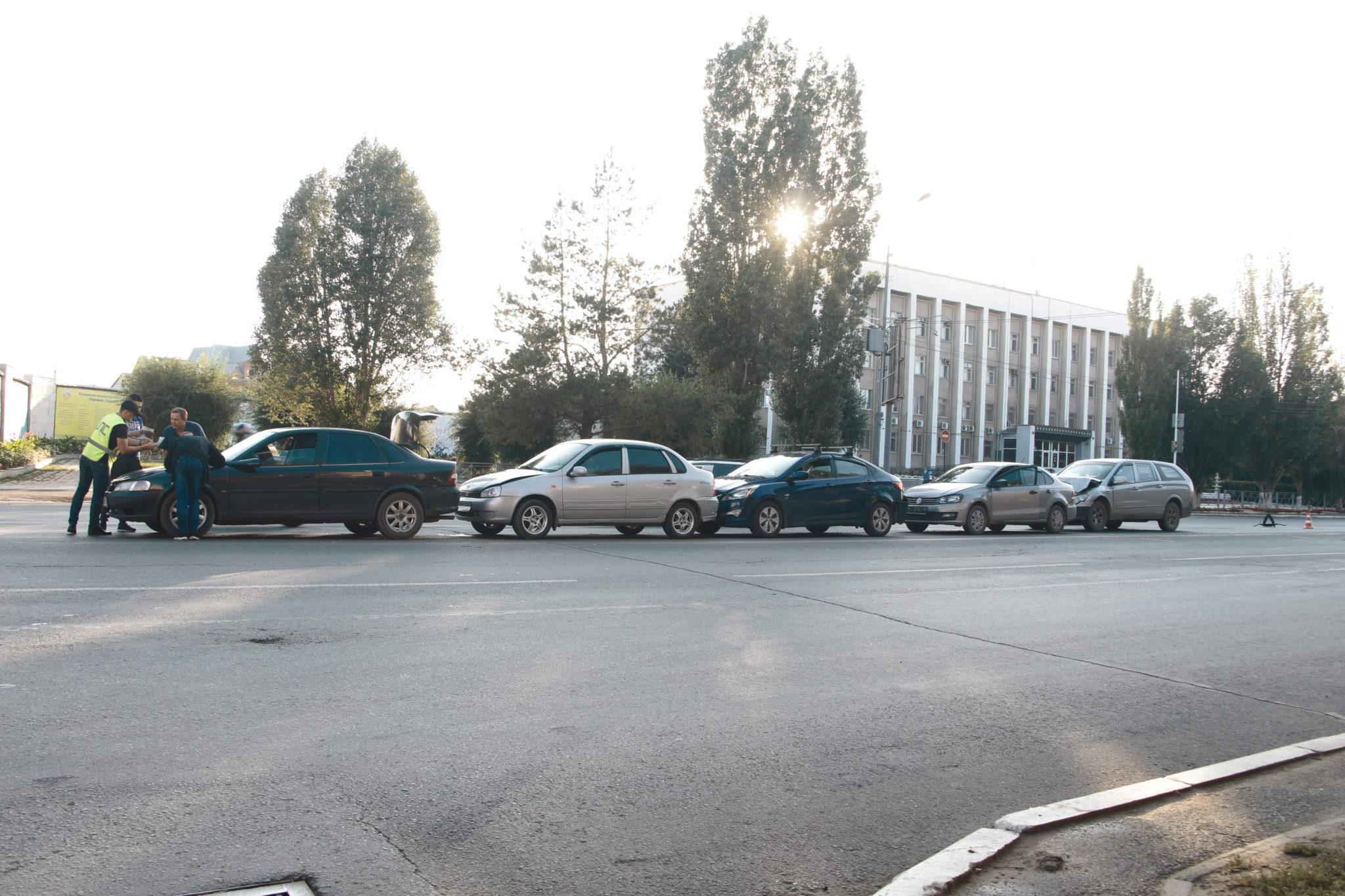 В Промышленном районе Оренбурга столкнулись 5 автомобилей