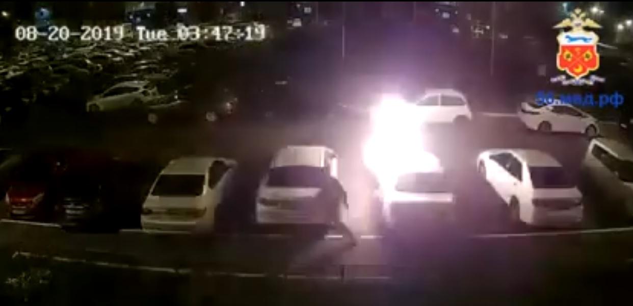 В Оренбурге полиция разыскивает поджигателя, спалившего 3 автомобиля на Транспортной