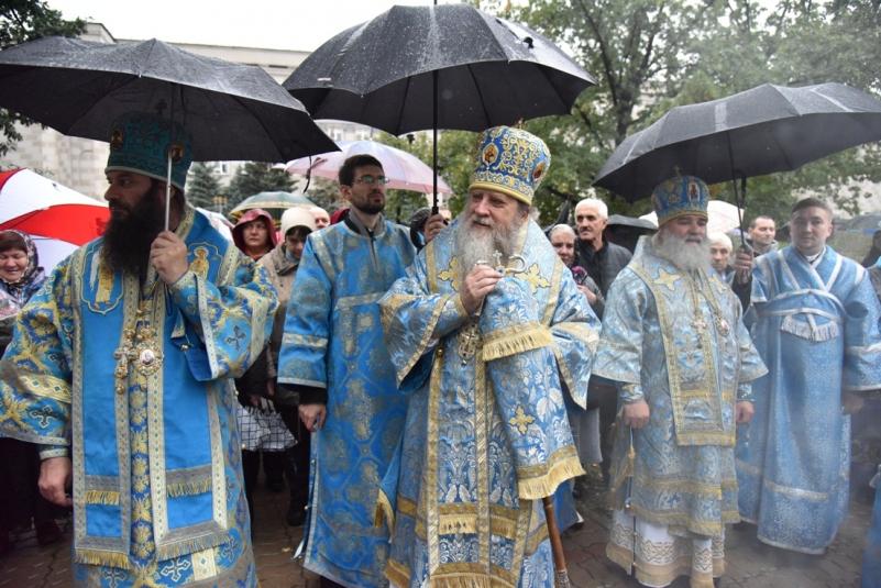 Крестный ход под дождем — в Оренбурге чествовали Богородицу
