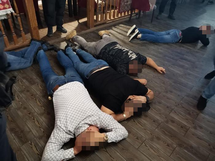 День рождения не задался: в Оренбурге членов ОПГ задержали с оружием в ресторане