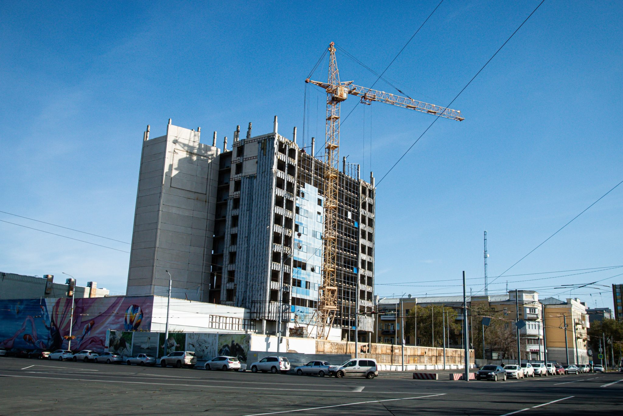 Демонтаж главного долгостроя Оренбурга: окон все меньше